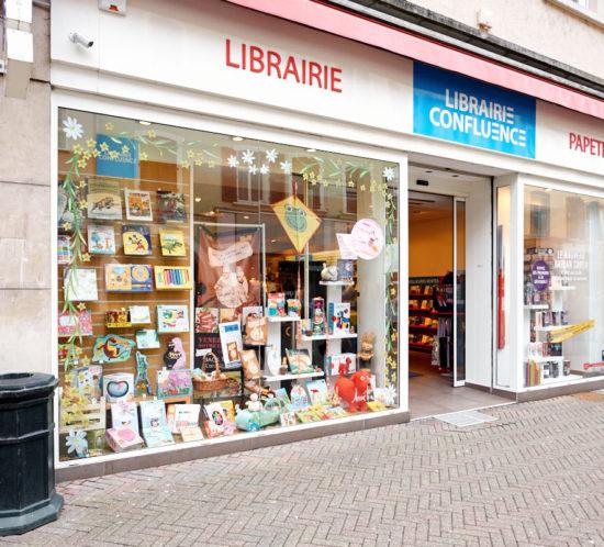 Peinture sur vitrine printanière de la librairie Confluences à Sarreguemines